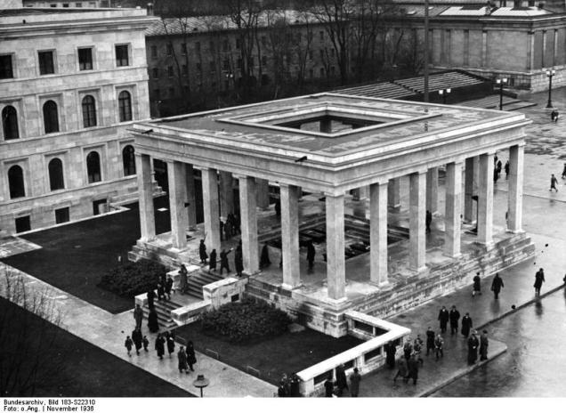 Bundesarchiv_Bild_183-S22310,_München,_Königsplatz,_Ehrentempel.jpg